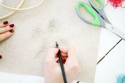 ETAPE 1/16 Découper un morceau de toile à la taille du tambour. Télécharger le gabarit et dessiner un motif de fleurs au crayon à papier.