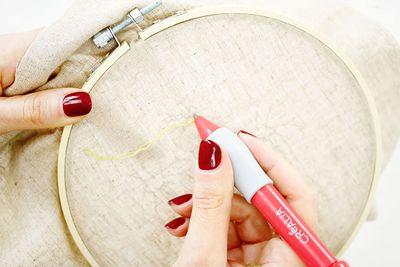 ETAPE 7/16 Commencer par le contour du motif. Piquer le punch needle dans la toile, à l'endroit où commence le motif. Tirer sur le bout du fil afin qu'il soit sur l'envers de la toile.