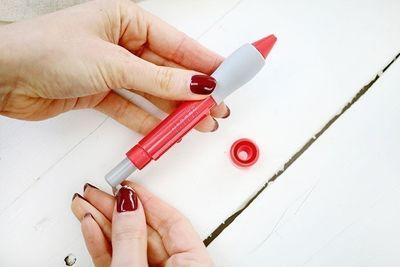 ETAPE 11/16 Changer l'aiguille, pour passer à une aiguille moyenne et utiliser une échevette de fil complète. Oter le capuchon et dévisser l'aiguille