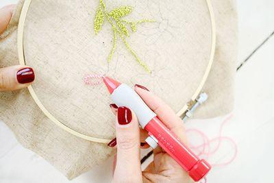 ETAPE 12/16 Remplir les motifs de feuille en faisant des points les uns contre les autres et faire le contour des fleurs et les remplir.