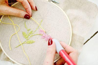 ETAPE 13/16 Changer de couleur afin de faire le coeur des fleurs. Piquer une couleur contre les pétales.