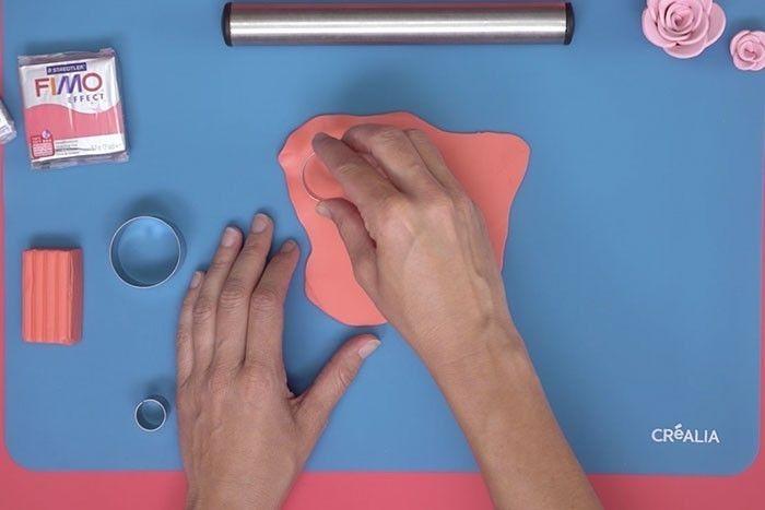 ETAPE 2 Etaler la pâte à l'aide du rouleau sur le tapis de modelage et couper plusieurs ronds de tailles identiques avec l'emporte-pièce. – voir l'action de couper à l'emporte-pièce puis d'un coup de baguette magique tous les ronds sont sur le tapis de modelage