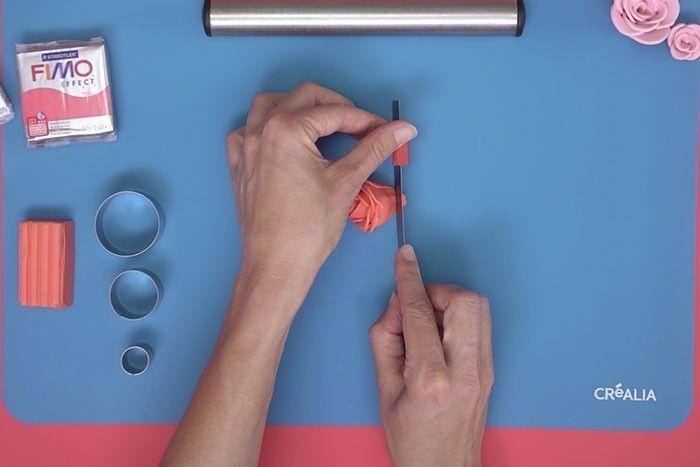 ETAPE 7 Couper l'extrémité pointue avec une lame de cutter pour créer un socle plat à la fleur.