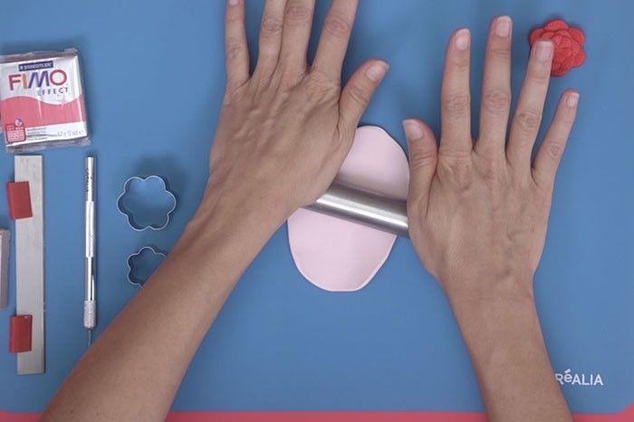 ETAPE 3 Etaler la pâte à l'aide du rouleau sur le tapis de modelage.