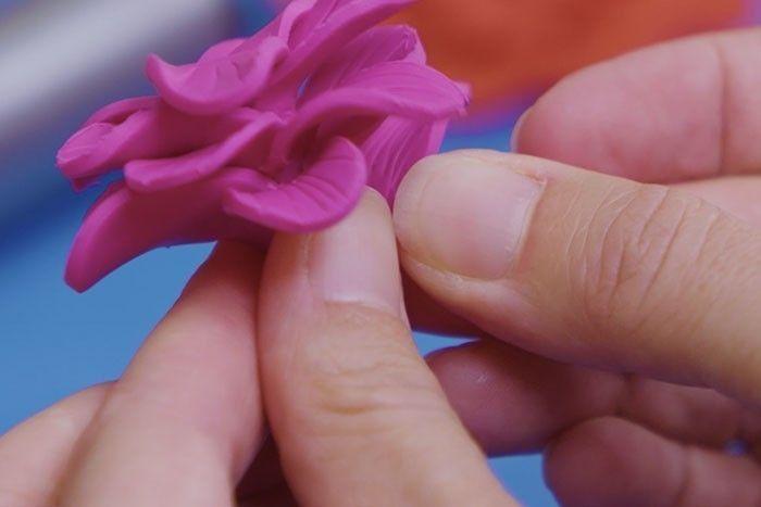 ETAPE 5 Poursuivre avec les autres pétales pour créer une fleur ouverte.