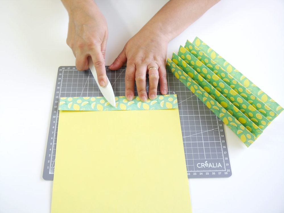 1. Plier une feuille de papier A4 en accordéon dans la longueur. Utiliser un plioir pour vous aider à faire les plis. Répéter pour 2 autres feuilles de papier.