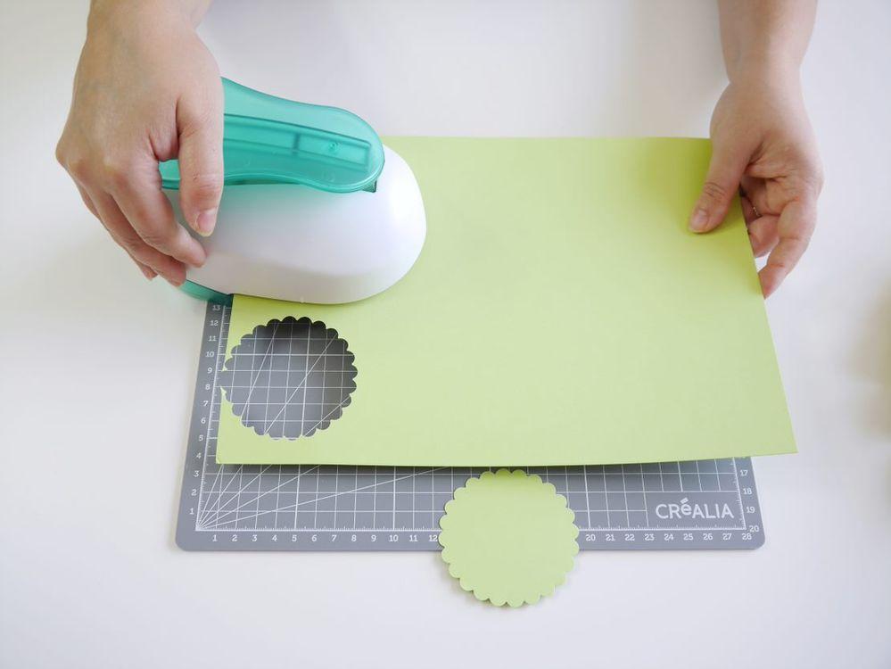 6. Couper des cercles dans le papier coloré ou à motif à l'aide d'une perforatrice à cercle festonné.