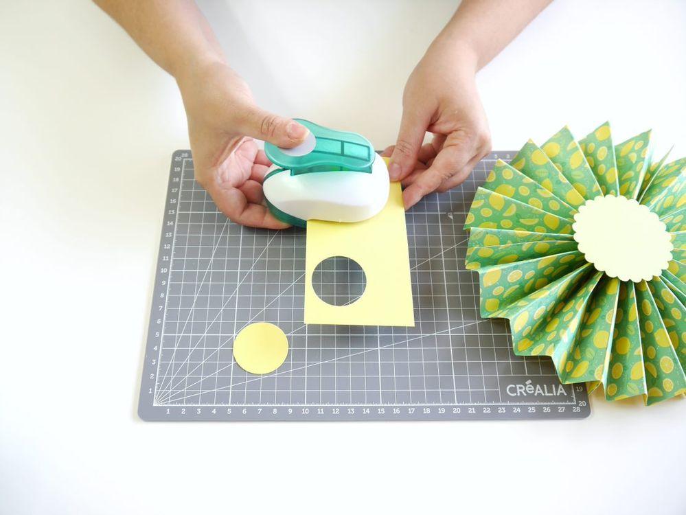 8. Répéter l'opération grâce à une perforatrice ronde plus petite. Vous pouvez créer des fanions de diamètres plus larges en collant au préalable 2 feuilles A4 ensemble dans la partie la plus longue du papier pour former un papier A3.