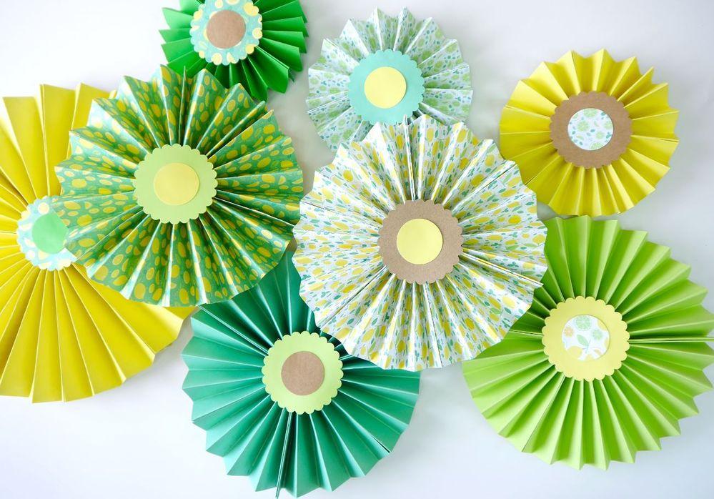 9. Créer plusieurs éventails en variant les tailles pour décorer votre ambiance de fête.
