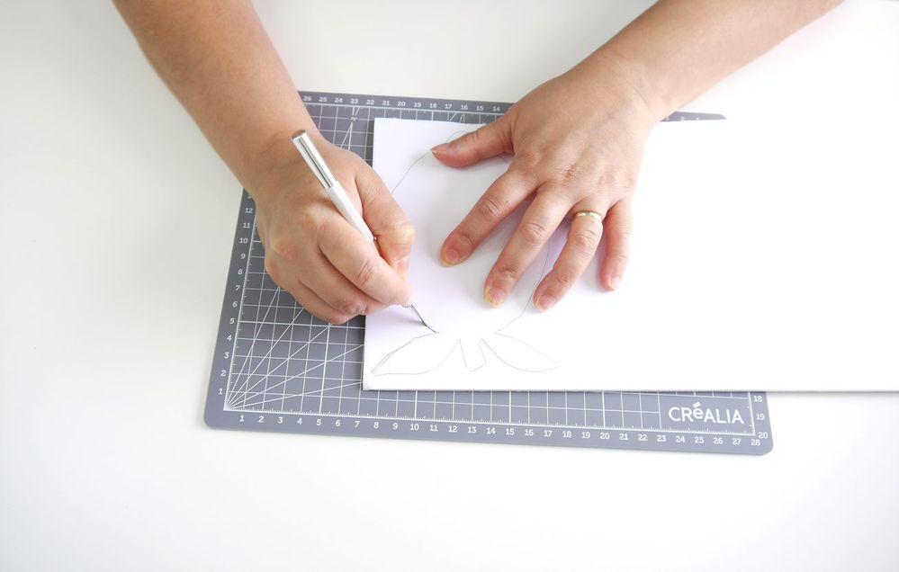 3. Couper le carton mousse à l'aide du cutter de précision.