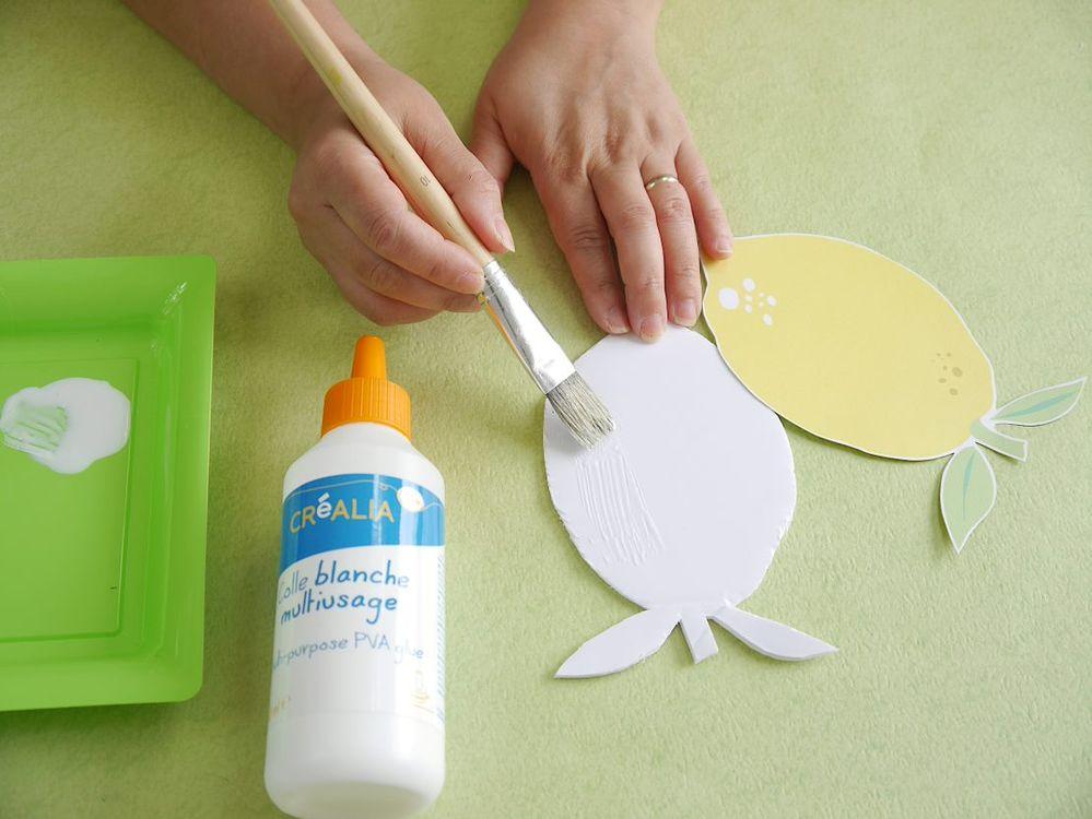 4. Coller le citron sur le carton mousse avec de la colle blanche multi-usage.