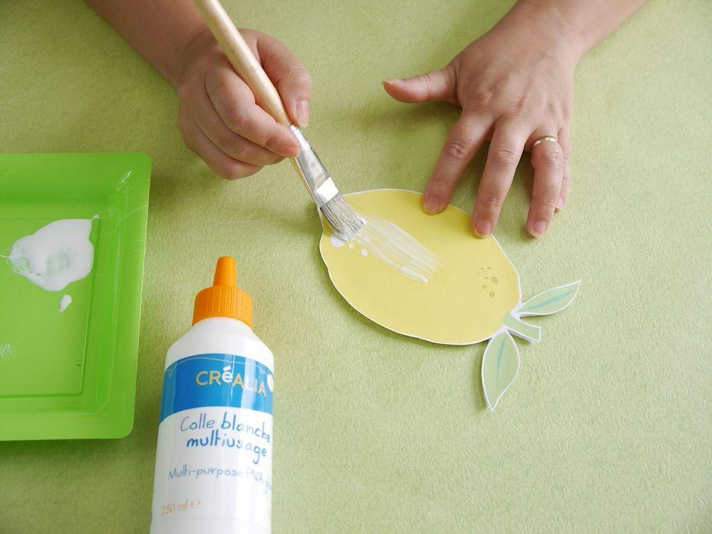 5. Vernir le citron avec de la colle blanche multi-usage par dessus. Laisser sécher.