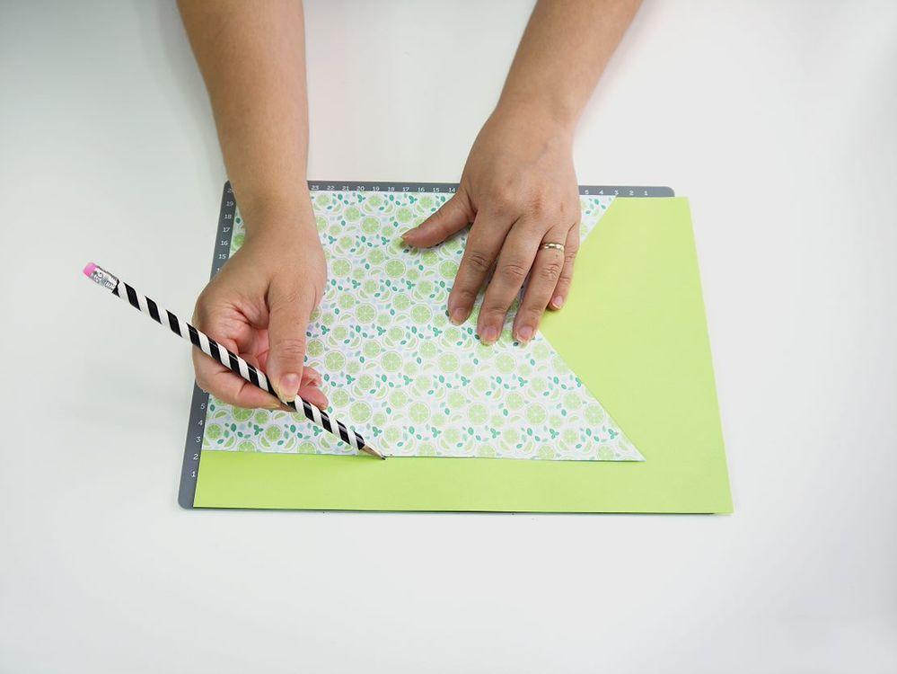 1. Imprimer le patron du drapeau le plus large puis dupliquer le drapeau sur du papier à motifs ou coloré. Faites de même avec le patron du drapeau plus petit, contrastant avec la couleur du premier drapeau.