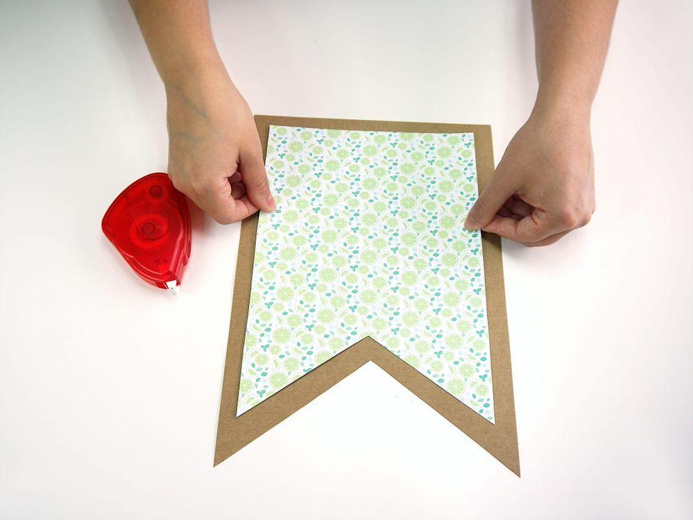 2. Coller le drapeau plus petit au centre du drapeaux plus large à l'aide de l'adhésif double-face.