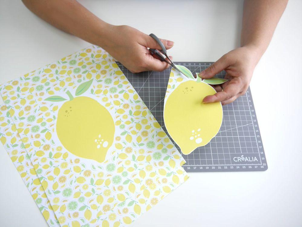3. Couper les dessins de citron en laissant une marge blanche tout autour.