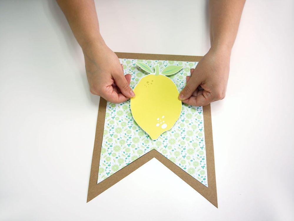 5. Coller le citron au centre des drapeaux. Vous pouvez fabriquer 3 autres drapeaux citrons pour les mettre à l'extrémité de votre guirlande.
