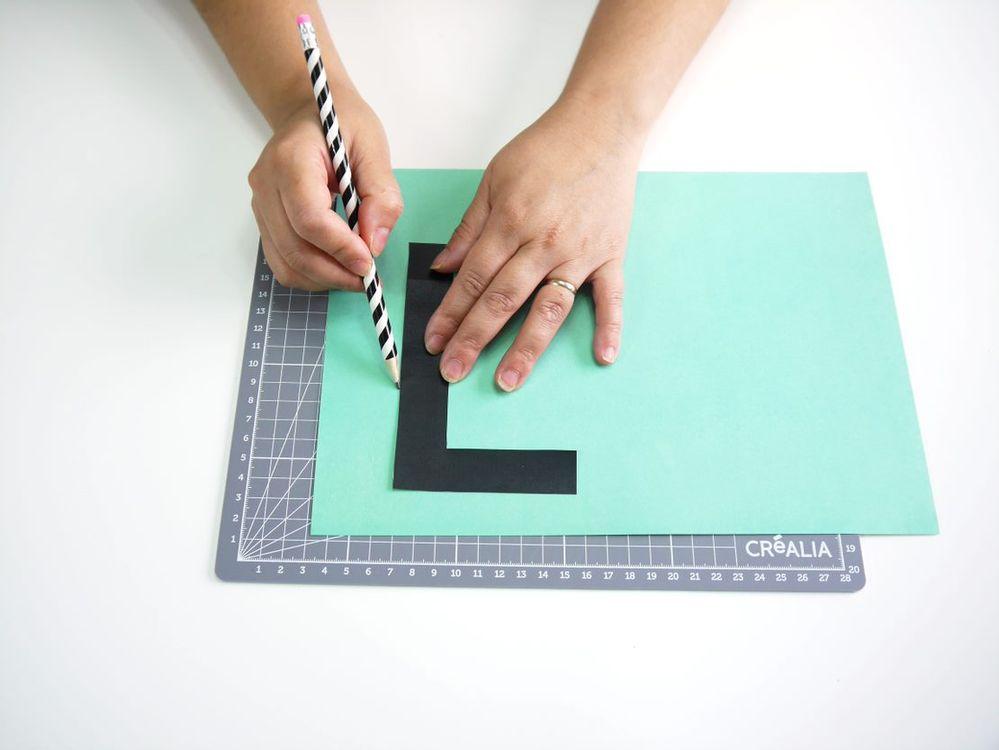 6. Imprimer les patrons des lettres, puis les tracer sur du papier à motifs ou coloré.