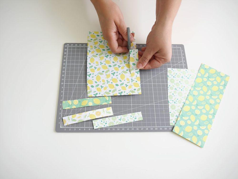 1. Tracer puis couper des rectangles de papier à motif de 10cm de largeur par 2 cm de hauteur.