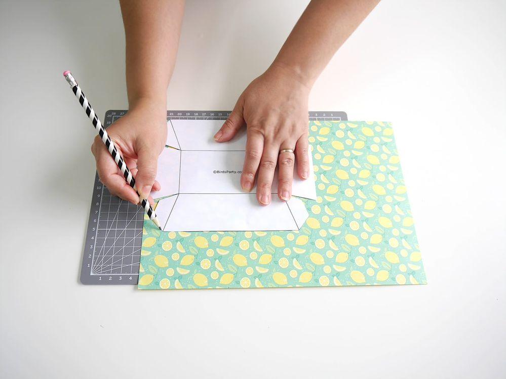 1. Imprimer le patron des boîtes sur du papier cartonnée blanc, puis couper selon le tracé. Reproduire le patron sur du papier à motif.