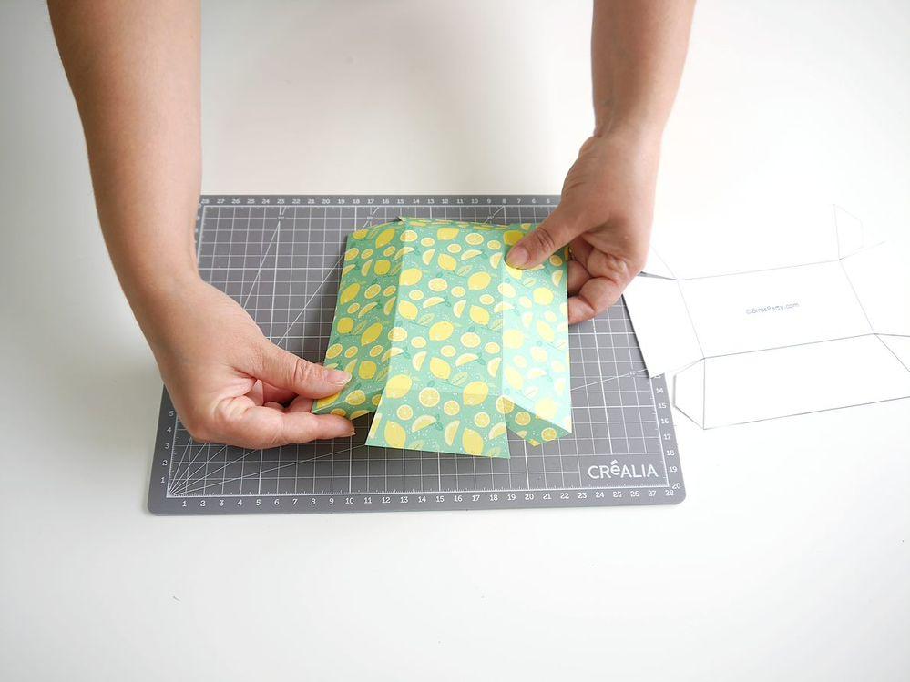 4. Plier les côtés et rabats de la boîte vers l'intérieur.