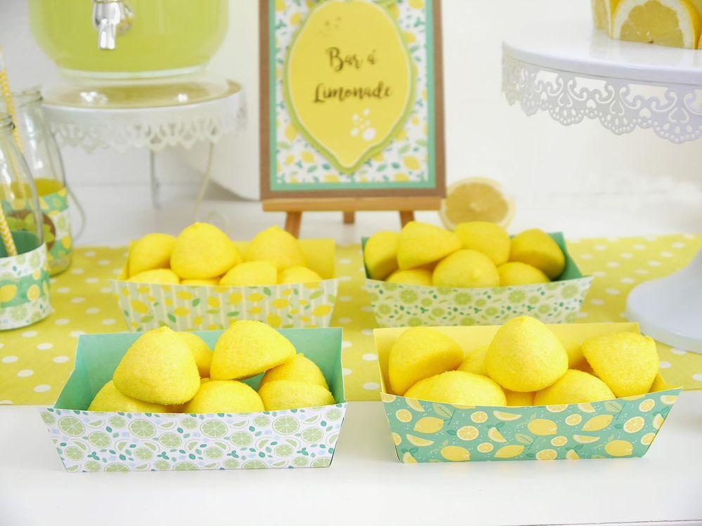 7. Garnir les boîtes de friandises et les disposer sur la table de fête.