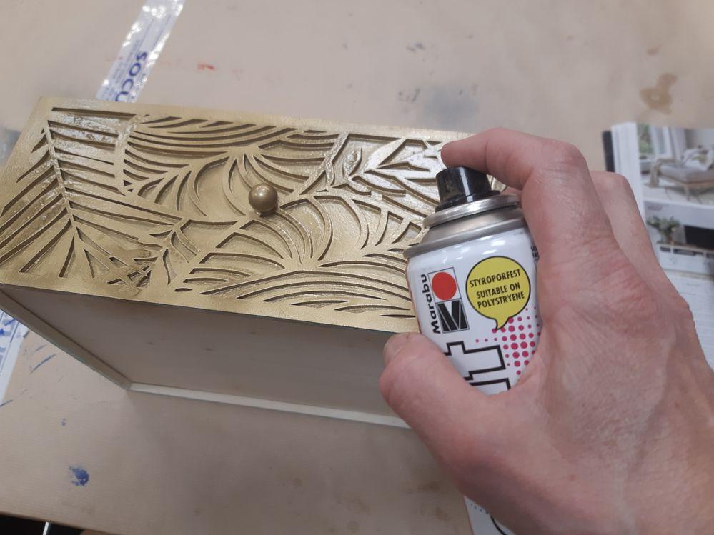 Appliquer la peinture dorée sur le tiroir; ainsi que la face avant du meuble.