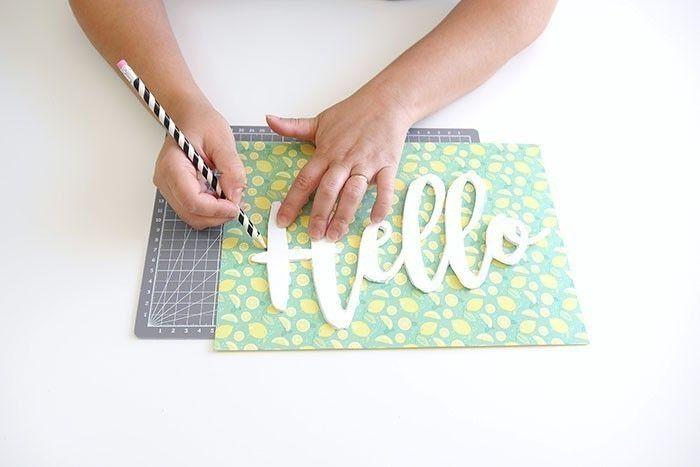 ETAPE 4/10 Tracer les mots sur du papier à motif.