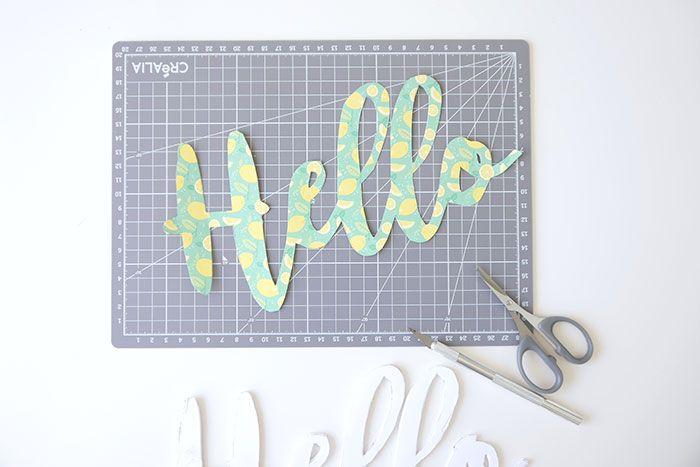 ETAPE 5/10 Couper les mots dans le papier à motif grâce aux ciseaux de précision.
