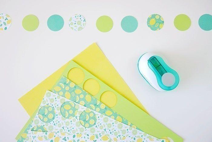 ETAPE 2/8 Couper des cercles dans du papier coloré ou à motif à l'aide d'une perforatrice ronde.
