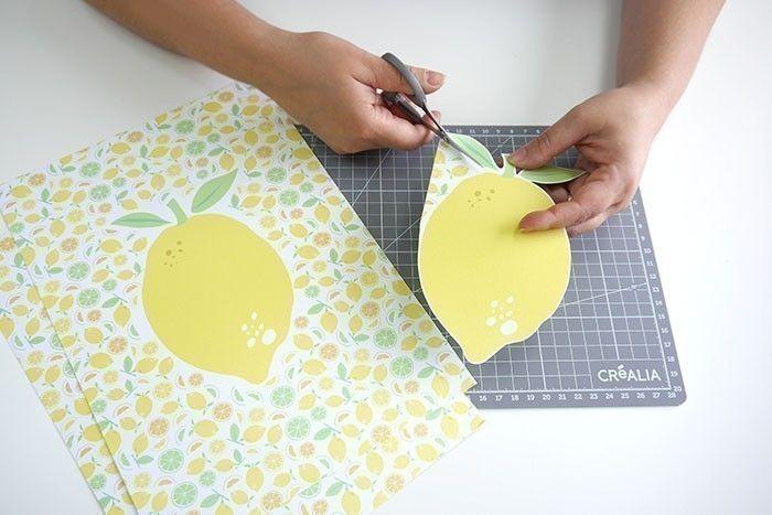 ETAPE 1/8 Couper les dessins de citron en laissant une marge blanche tout autour.