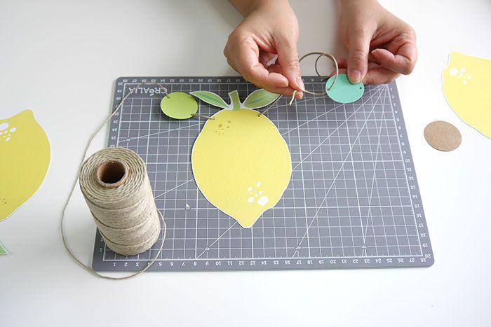 ETAPE 5/8 Enfilez la ficelle en alternant un citron et un cercle.