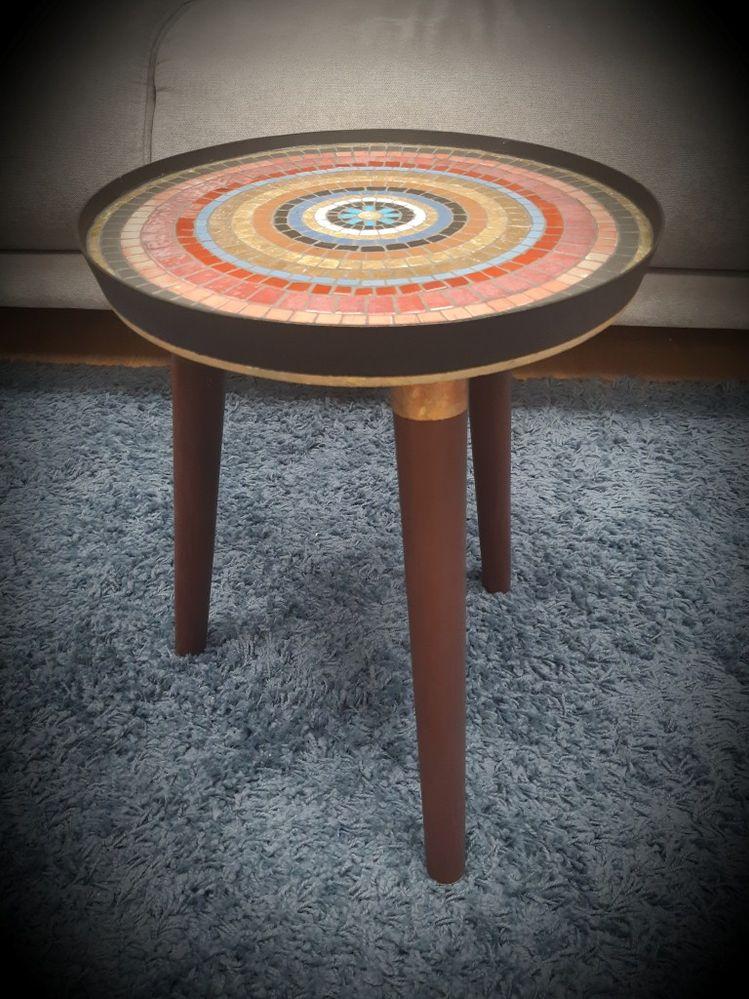 j'avais envie d'un coté ethnique et coloré rehaussé de noir pour cette petite table.