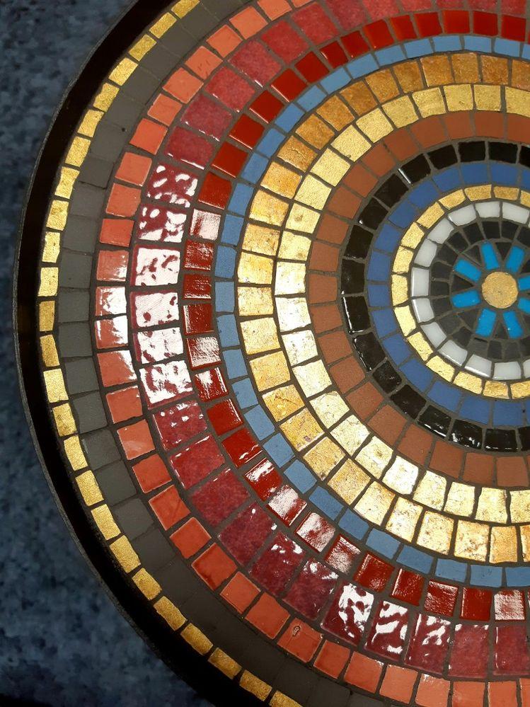 le choix de plusieurs matières, carreaux mats et brillants, donne un joli effet et fait ressortir la feuille d'or.