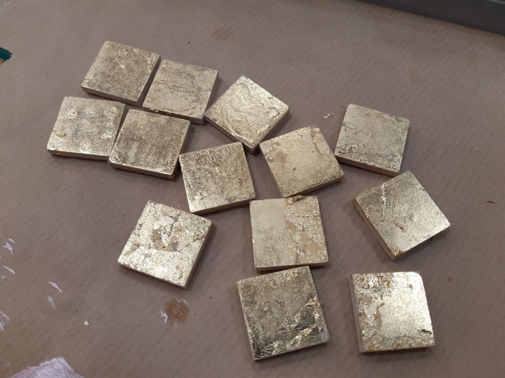 En premier on s'attaque aux tesselles à la feuille d'or, le plus de cette créa.