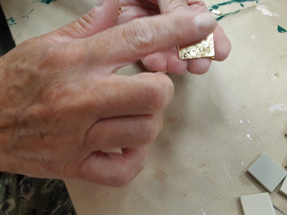 lisser avec le doigt ou au pinceau pour enlever le surplus