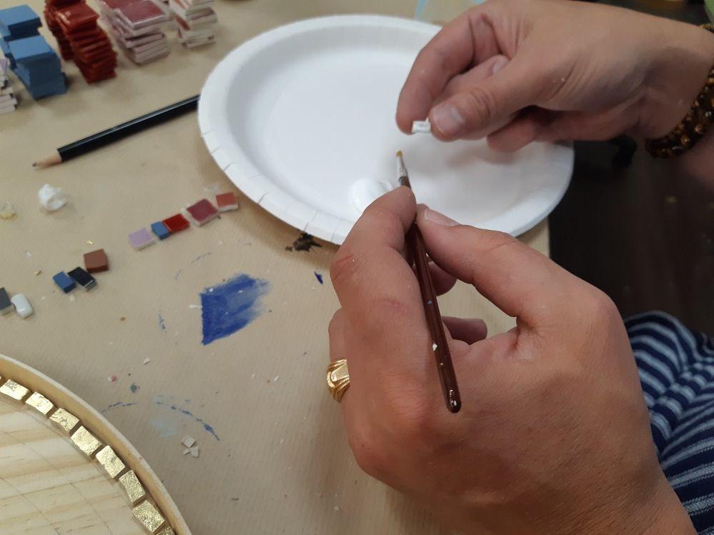 Coller chacune des piéces avec la colle mosaïque.