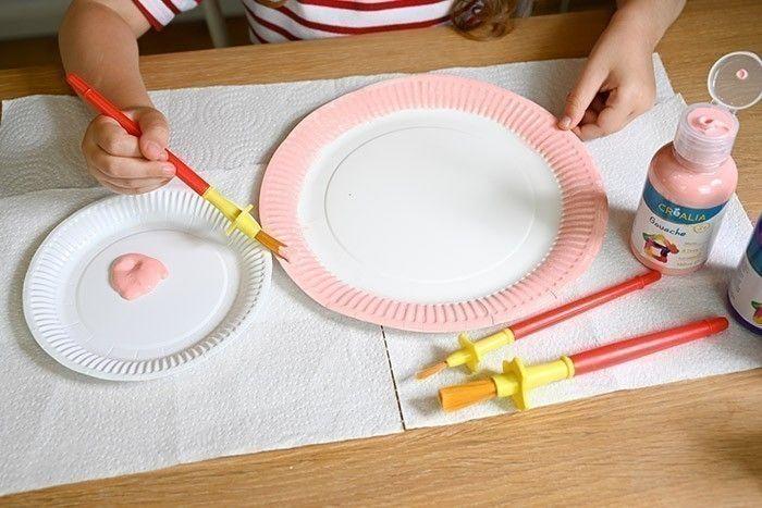 ETAPE 1/4 Peindre chaque contour d'assiette avec la gouache. Laisser sécher.