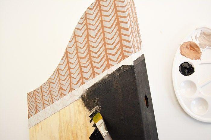 ETAPE 4/6 Varier le motif graphique ethnique sur un autre support : utiliser le pinceau plat pour peindre des touches de peinture à l'horizontal avec le coloris châtaigne.