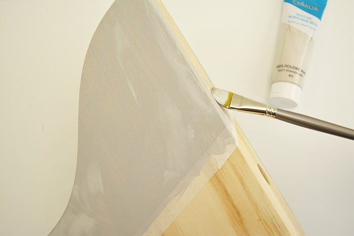 ETAPE 1/6 Délimiter une première zone à peindre avec le ruban de masquage et la peindre avec le gris poudré. Laisser sécher. Conseil : Deux couches de peinture sont nécessaires pour une jolie finition.