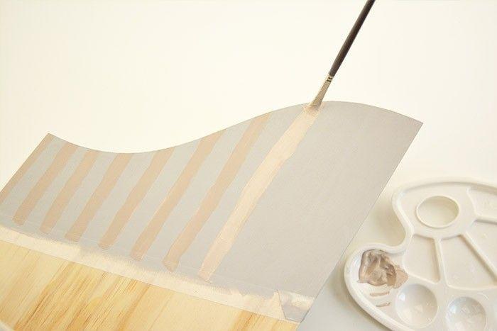 ETAPE 2/6 Ajouter au mélange gris poudré une petite quantité de peinture coloris châtaigne. Utiliser le pinceau plat n°6 pour peindre des lignes verticales sur la partie grise. Laisser sécher.