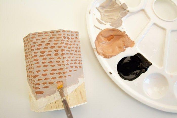 ETAPE 5/6 Une fois tous les supports peints et secs avec l'acrylique, positionner le ruban de masquage et peindre la zone délimitée avec la peinture ardoise. Laisser sécher et retirer le ruban de masquage.