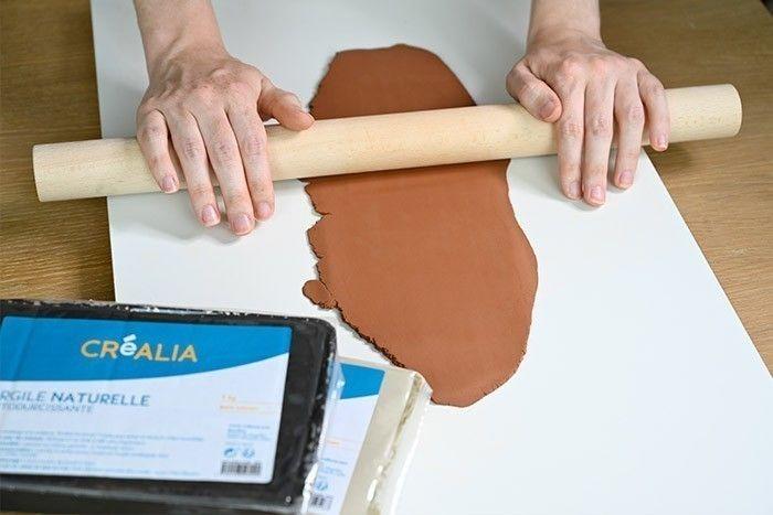 ETAPE 1/6 Etaler l' argile naturelle autodurcissante sur une planche lisse sur une épaisseur de 0,5 cm.