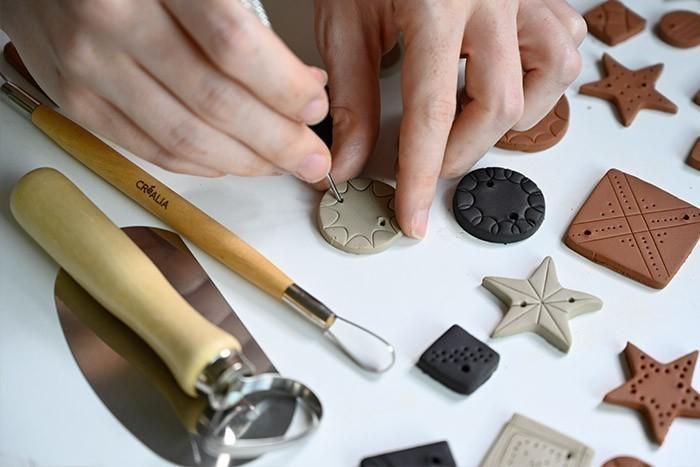 ETAPE 4/6 A l'aide des outils de poterie, percer chaque pièce et créer différents motifs. Laisser sécher le tout 24 heures .