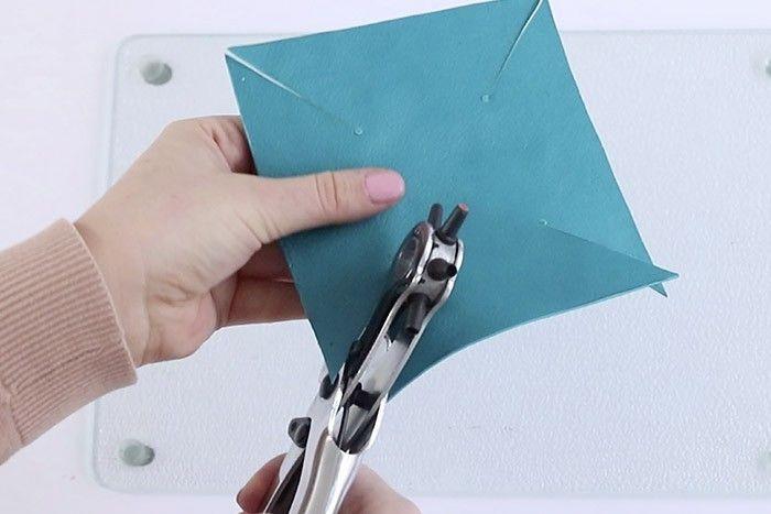 ETAPE 3/7 Couper la pâte et percer au niveau des repères à l'aide d'une perforatrice pince ronde ou d'un pic métal.