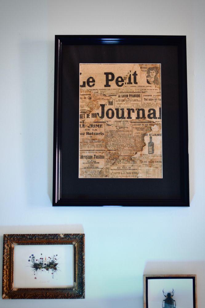 Morceaux de vieux journaux de 1920 sauvés et restaurés puis assemblés et collés pour créer un effet patchwork