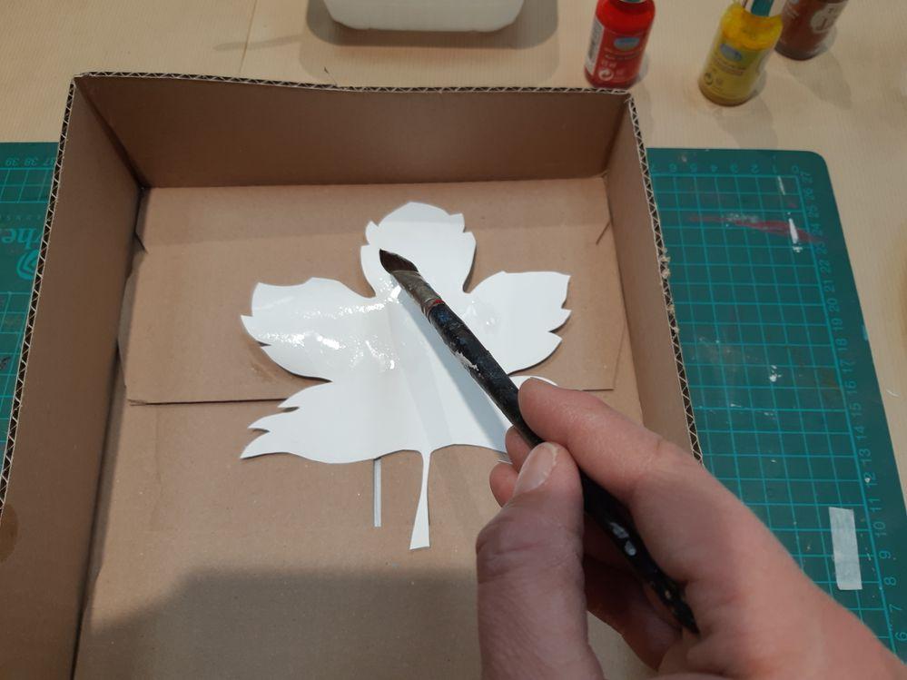 À l'aide du pinceau, mouillez toute la surface de votre feuille. Si le papier se recroqueville ou gondole, cela donnera un effet naturel au rendu final.