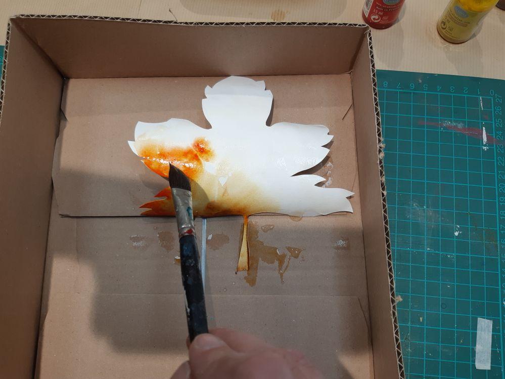 Déposez vos encres pures par petites touches de pinceau. L'eau diffuse les couleurs qui se mélangent . Vous pouvez vous amuser à créer des mélanges, à rajouter de l'encre une fois la feuille sèche... Le rendu sera toujours naturel!
