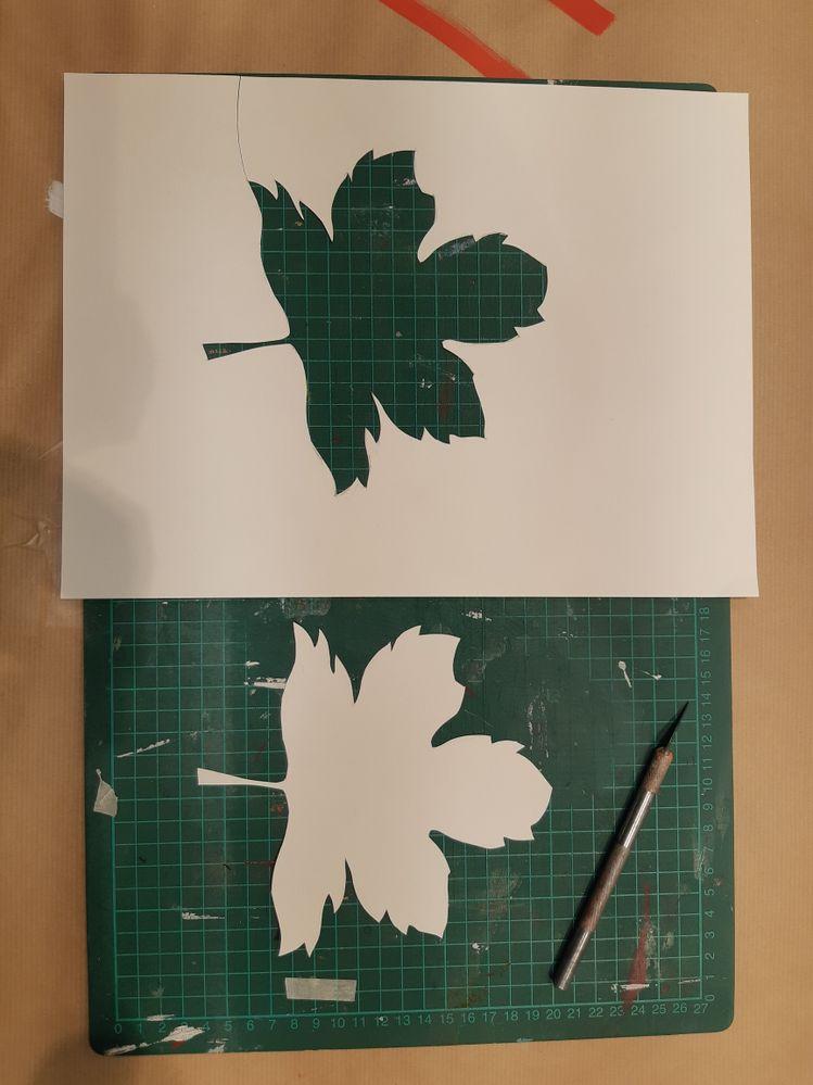 Commencer par dessiner une feuille au crayon. Peu importe la couleur du papier puisque vous allez le teinter avec les encres.Découpez ensuite la feuille avec un cutter de précision.
