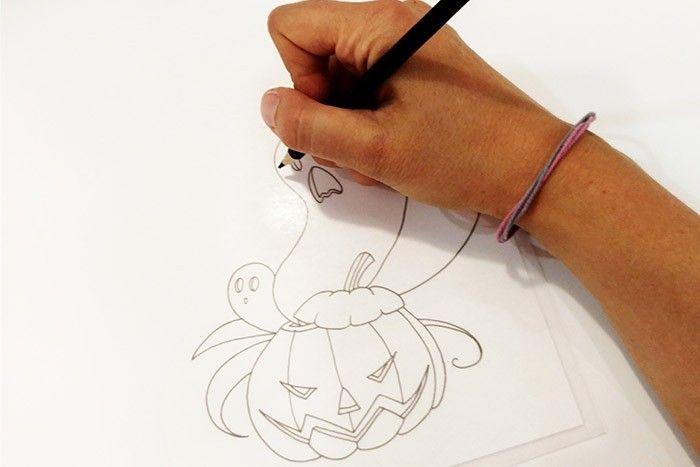 ETAPE 1/8 Télécharger les modèles de dessin. Décalquez votre dessin sur le côté rugueux du plastique créatif à l'aide du modèle de votre choix et du crayon de couleur noir.
