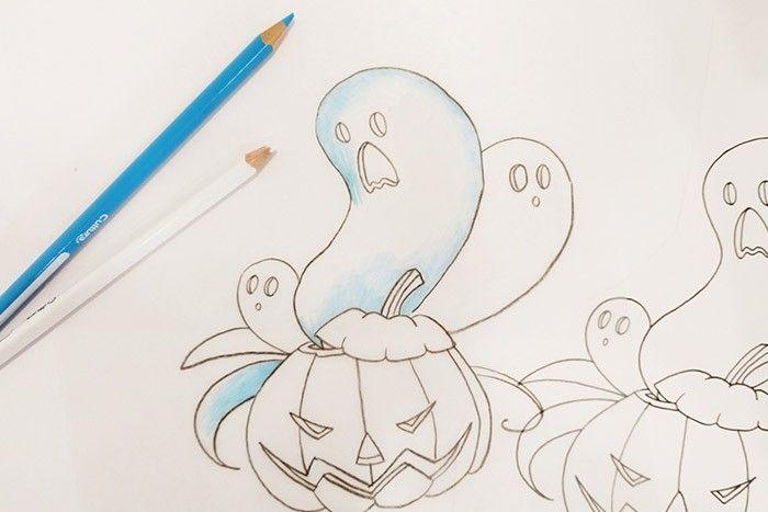ETAPE 2/8 Coloriez le dessin toujours du côté rugueux du plastique créatif, en commençant par les parties les plus claires.